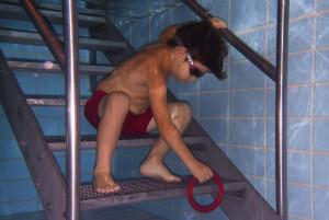 Kinder-Schwimmen Anfänger beim Ringtauchen