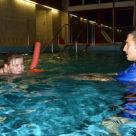 Kinder-Schwimmen Anfänger bei den ersten Schwimmzügen