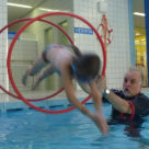 Kinder-Schwimmen Anfänger beim Springen