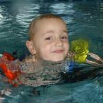 Kinder-Schwimmen Anfänger lachend