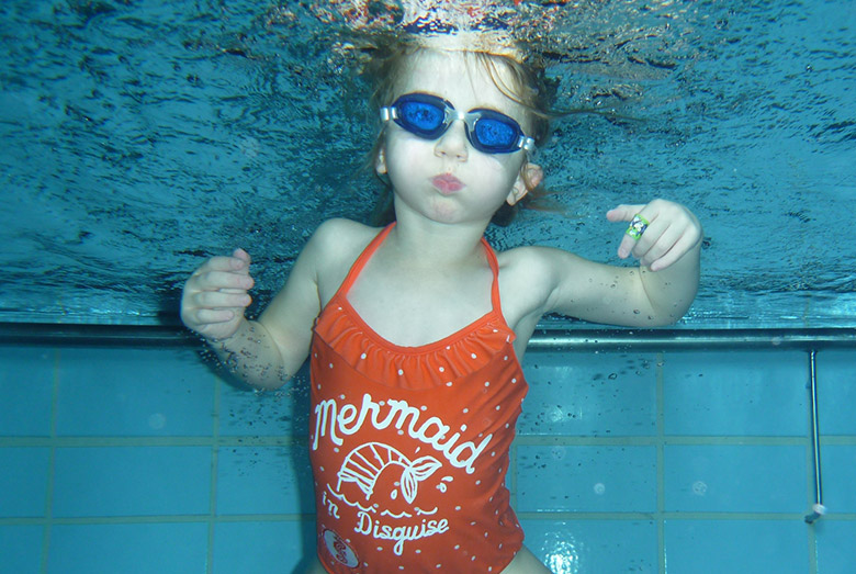 Kinder-Schwimmkurs Fortgeschrittene Schülerin beim Tauchen