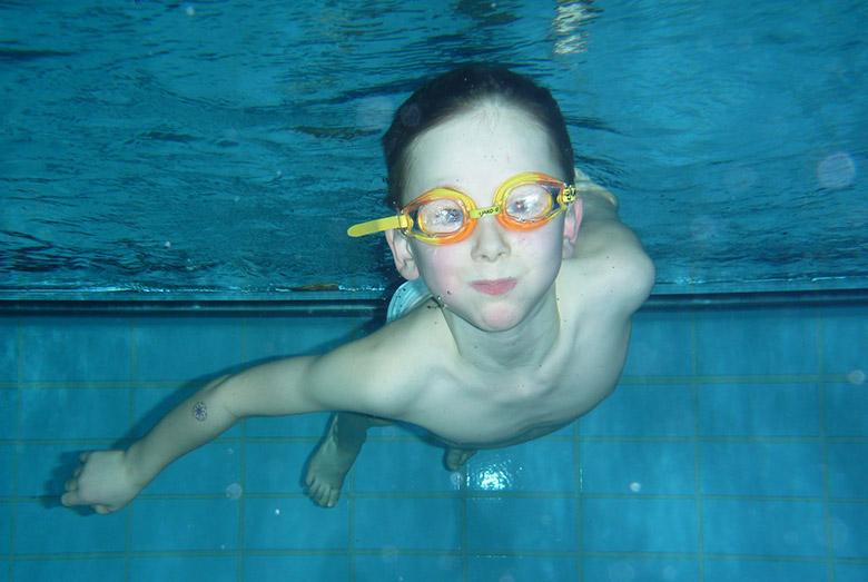 Kinder-Schwimmkurs Fortgeschrittener Schüler beim Tauchen