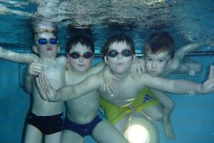 Kinder-Schwimmkurs Fortgeschrittene Gruppe beim Tauchen