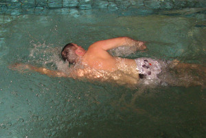 Schwimmkurs Erwachsene Fortgeschritten - Mann beim Kraul