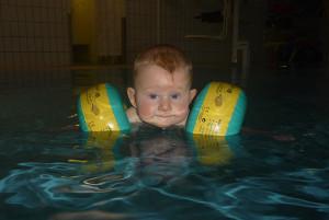 Baby-Schwimmkurs mit Schwimmflügeln