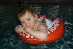 Baby-Schwimmkurs mit Schwimmreif 2